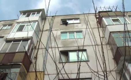 Incident socant la Pitesti, unde un copil de 2 ani a cazut de la etajul 4, dar a scapat cu viata. Unde era mama baietelului