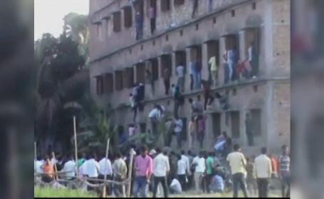 Cum se trece examenul de bacalaureat in India. Imaginile cu parinti catarati pe zidurile scolii, viralizate pe internet
