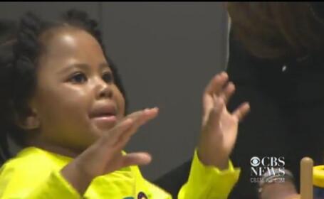 Reactia amuzanta a unei fetite de 3 ani cand isi aude mama pentru prima data, cu ajutorul unui implant cohlear. VIDEO