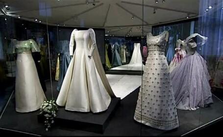 Vreti sa vedeti cum se imbraca o regina? Expozitie cu rochiile suveranei Margrethe a Danemarcei la Frederiksborg