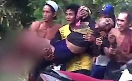 Imaginile terifiante in care un barbat este scos din apa imediat dupa ce piciorul i-a fost smuls de un crocodil. VIDEO