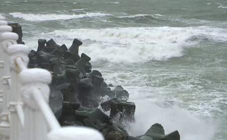 Valuri de 4 metri si vant de 60 de km la ora pe litoral. Meteorologii ar putea prelungi avertizarea emisa
