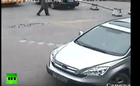 Imaginile surprinse de o camera de supraveghere intr-o statie de autobuz. Cum a trecut o masina peste un copil. VIDEO