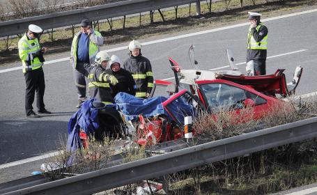 Patru romani morti si trei raniti, intr-un accident rutier, in Cehia. Impactul s-a produs intre doua masini romanesti. VIDEO
