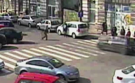 Accident filmat in Braila. Un barbat de 69 de ani, lovit in plin de o masina, langa trecerea de pietoni. VIDEO