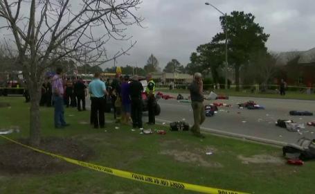 Cel putin 12 elevi au fost raniti la o parada din SUA, dupa ce o masina a intrat in ei. Soferul este un barbat de 73 de ani