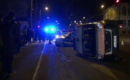 Trei masini, dintre care o ambulanta, implicate intr-un accident in Suceava. \
