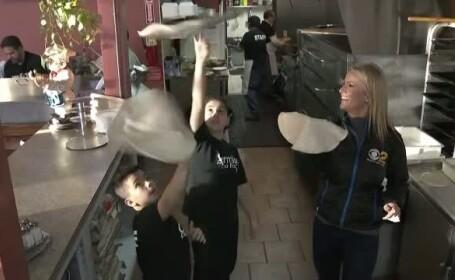 Doi frati fac senzatie cu talentul de a invarti aluatul de pizza. Filmuletele lor au strans milioane de vizualizari