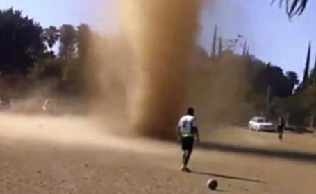 Tornada de nisip care a oprit un meci de fotbal in Guatemala. Ce au facut jucatorii cand au vazut ce se intampla. VIDEO