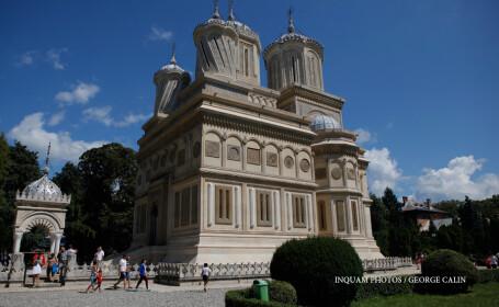 Biserica de la Curtea de Arges va fi deschisa pentru slujbe. Istoricii se tem ca pictura, unica in lume, va fi distrusa