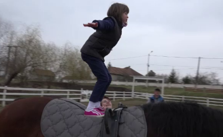 O asociatie din Alba face terapie cu cai pentru copiii cu autism sau sindrom Down. \