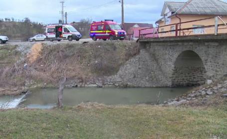 femeie cazuta de pe pod