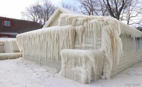 Casa de gheata pe malul Lacului Ontario dupa o furtuna puternica. Imaginile surprinse de un fotograf s-au viralizat
