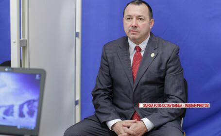 Deputatul PSD Catalin Radulescu pozeaza pentru fotografia legitimatiei de deputat, in Bucuresti
