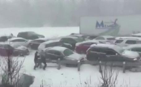 Carambol cu 50 de masini pe o autostrada din Canada, din cauza furtunii de zapada. Patru persoane au fost ranite