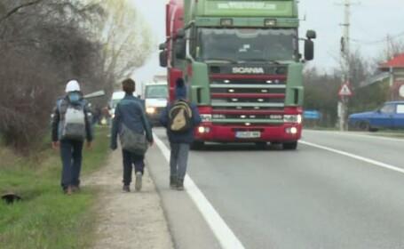 Pe jos, printre TIR-uri, asa sunt nevoiti sa mearga la scoala unii elevi din Romania anului 2017. Explicatia autoritatilor