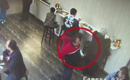 O femeie a ramas fara geanta cu 6.500 de lei intr-un fast-food. Cum a reusit hotul sa i-o sustraga de sub priviri