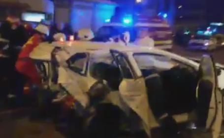 Accident grav la Iasi. Momentul in care un avocat care circula cu viteza mare a spulberat o masina oprita la semafor
