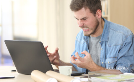 barbat furios la laptop