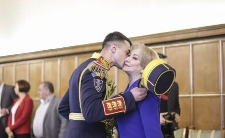 Viorica Dancila sarutata de un militar din garda