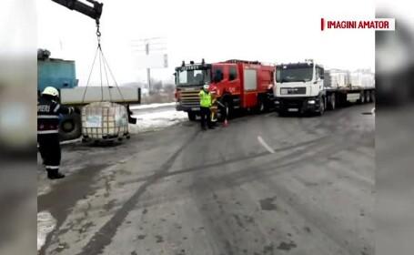 Container încărcat cu 1000 de litri de săpun lichid, răsturnat pe o bandă de circulație