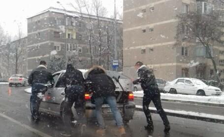 Ce au făcut doi polițiști din Oradea când au văzut un șofer rămas în pană. Imaginea, un viral pe internet