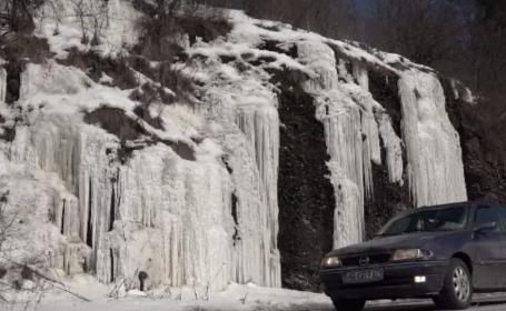 Peisaj de poveste pe Valea Mureșului. Gerul a format țurțuri uriași, de până la 20 de metri