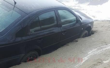 Maşină înghiţită de asfalt, în Dolj. \