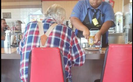 Gestul de compasiune al unei chelnerițe pentru un bătrân neajutorat, răsplătit cu o bursă de studii