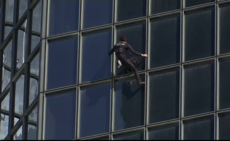 """""""Spiderman"""" al Franței, în vârstă de 56 de ani, a escaladat o clădire din Paris"""