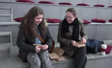 """""""Blind date"""" cu 300 de cărți. Ce au făcut zeci de tineri ca să încurajeze lectura"""