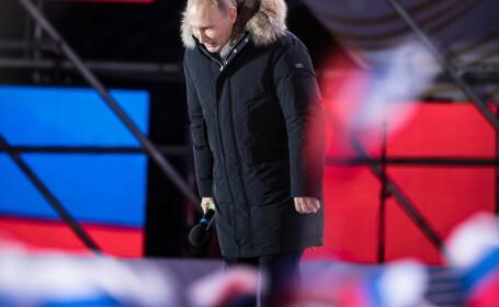 Vladimir Putin face o plecăciune în fața mulțimii, la Moscova, după ce a câștigat alegerile