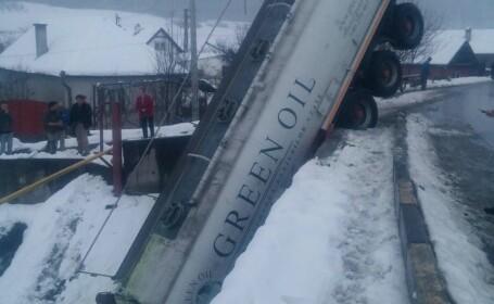 Cisterna cazuta de pe pod