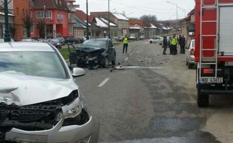Accident grav în Caransebeş, după ce o maşină a intrat pe contrasens. La volan ar fi fost un politician