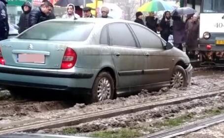 sofer blocat pe linia de tramvai