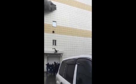 Momentul șocant în care un bărbat sare de la etajul mall-ului cuprins de flăcări. VIDEO
