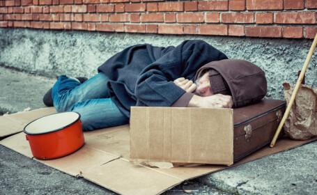 Cuplu fără adăpost, fotografiat când dormea pe o saltea murdară pe stradă