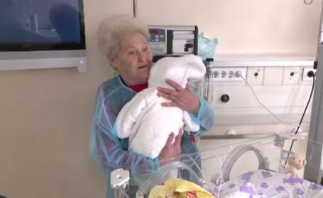 """Zeci de bătrâni îngrijesc copiii abandonați de la Spitalul Marie Curie: """"Mă gândesc la copiii mei"""""""