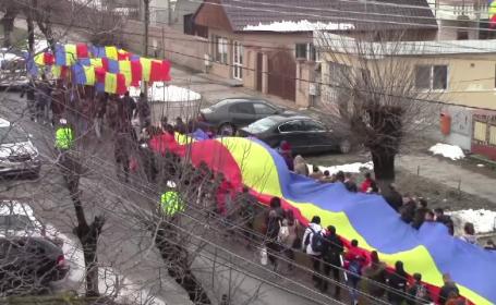 Drapel uriaș, purtat pe brațe de sute de oameni cu ocazia Centenarului Marii Uniri