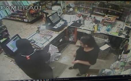 O casieriță din SUA s-a luptat cu un hoț înarmat