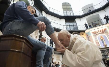 Papa Francisc a spălat picioarele unor deţinuţi: \