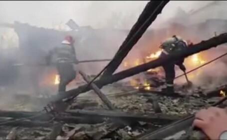 O hală cu materiale de construcții a fost mistuită de flăcări