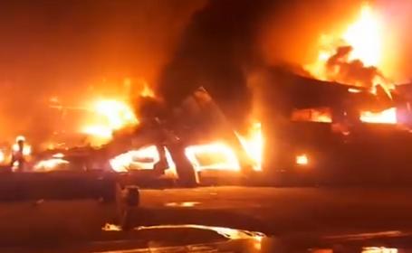 Puternic incendiu în Zona Liberă Galaţi. Sute de cauciucuri ard, degajându-se un fum gros