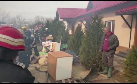 A dat foc gunoaielor din curte, dar a ajuns să distrugă bunurile valoroase ale vecinilor