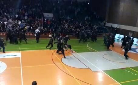 Scene violente la meciul de handbal Steaua - Dinamo. 450 de suporteri s-au luat la bătaie