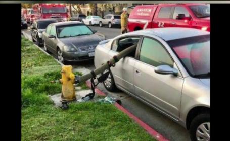 Motivul pentru care pompierii au distrus o maşină parcată trecând furtunul prin ea