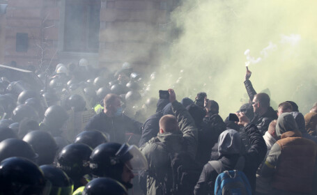 Convoiul preşedintelui Petro Poroşenko, atacat de ultranaţionalişti, în Cerkasî