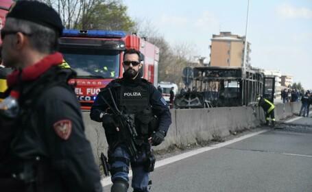 Momente de groază pe o autostradă din Italia, în apropiere de Milano. Șoferul unui autobuz care transporta 51 de copii i-a luat ostatici pe elevi și însoțitorii lor - 3
