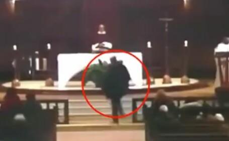 Momentul în care un preot este înjunghiat în timpul slujbei. Atacul, transmis live