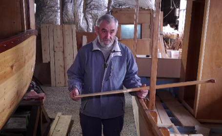 Povestea ultimului marangoz din Deltă. Cât costă bărcile pe care le construiește
